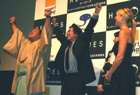 ゲストの千代大海関(左)といっしょに「ヤッター!」をするマシ・オカ(右)