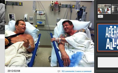 病院で横たわるアーノルド・シュワルツェネッガーとシルベスタ・スタローン SNSサイト「Whosay」より
