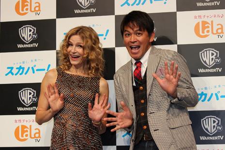 記者会見に登場したキーラ・セジウィックと岡田圭右