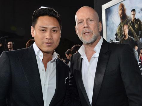 ジョン・チュウ監督(左)、ブルース・ウィリス
