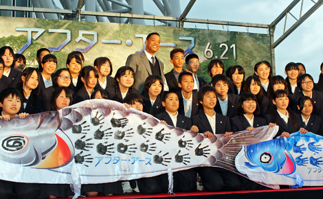 墨田区立文花中学校の生徒と写真撮影を行ったスミス親子