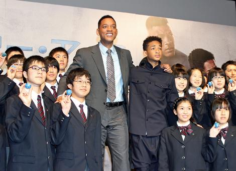 ジェイデンと同世代の中学生と記念撮影