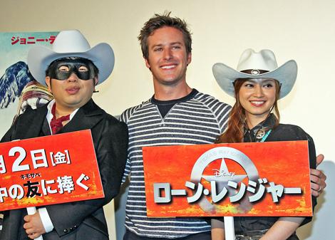 (左から)記者会見に登場した天野ひろゆき、アーミー・ハマー、平愛梨