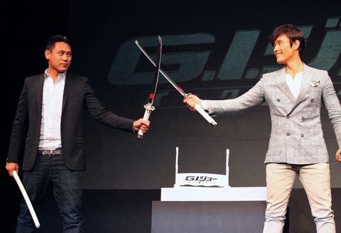 ジョン・M・チュウ監督(左)、イ・ビョンホン