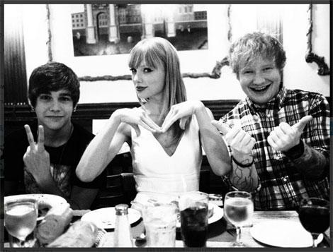 食事中のオースティン・マホーン、テイラー・スウィフト、エド・シーラン(左から)