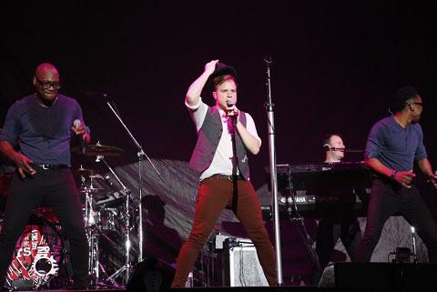 幕張メッセでの日本公演で熱唱するオリー・マーズ