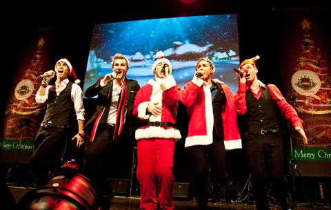 サンタのコスチュームでクリスマス・メドレーも披露