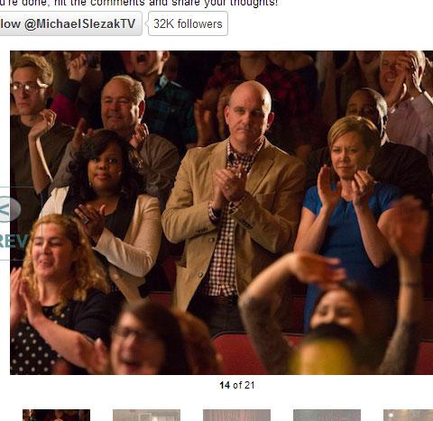 観客席から見守るメルセデス(アンバー・ライリー)とフィンの両親