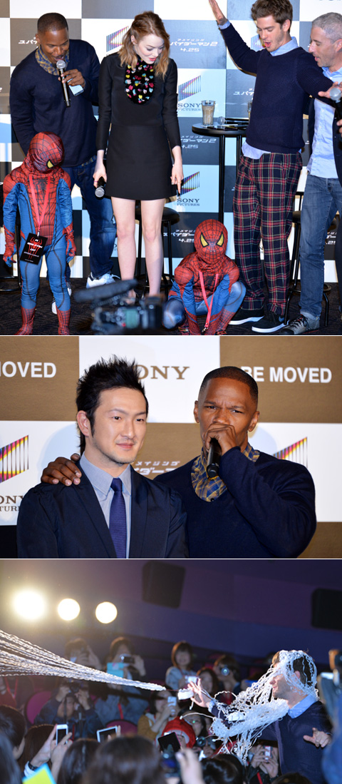 """(上段)ポーズをキメるちびっこスパイダーマンと、アンドリュー (中断)エレクトロンを演じたジェイミーと、吹替えを担当した中村獅童 (下段)和製""""スパイダーウェブ""""を客席へお見舞いするアンドリュー"""