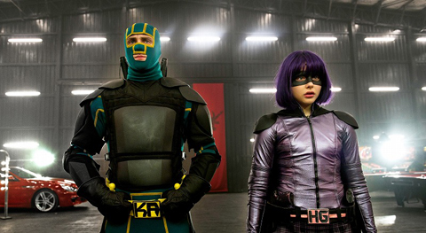 アーロン・テイラー=ジョンソン演じるキック・アス(左)、クロエ・グレース・モレッツ演じるヒットガール