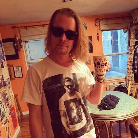 マコーレー・カルキンの写真入りTシャツを着ているライアン・ゴスリング」の写真入りTシャツを着ているマコーレー・カルキン