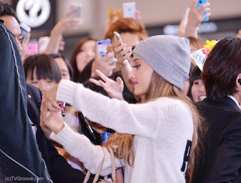ファンとツーショットを撮るアリアナ