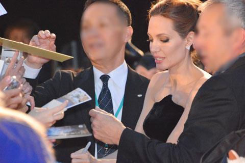 サインに応じるアンジェリーナ・ジョリー
