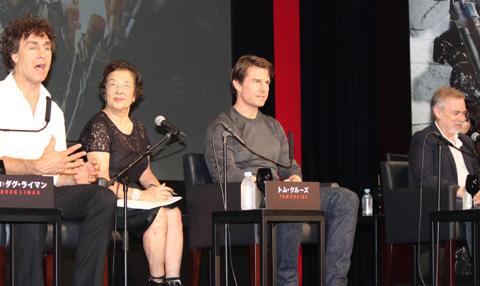 (左から)ダグ・ライマン監督、トム・クルーズ、プロデューサーのアーウィン・ストフ