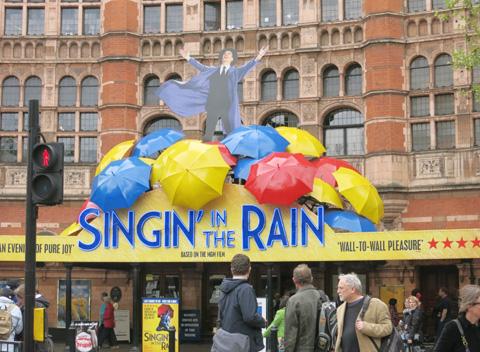 英ロンドン「SINGIN' IN THE RAIN~雨に唄えば~」劇場前