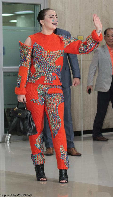 韓国到着時Wilson PKの服を着用するレディー・ガガ