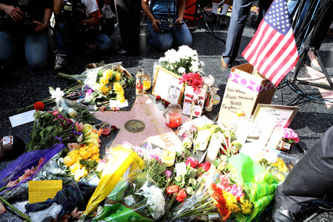 米カリフォルニア州ハリウッドの「ハリウッド名声の歩道(ハリウッド・ウォーク・オブ・フェーム)」では、ロビン・ウィリアムズの名前が刻まれた星にたくさんの花が手向けられた