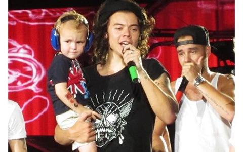3歳の男の子を抱っこするハリー