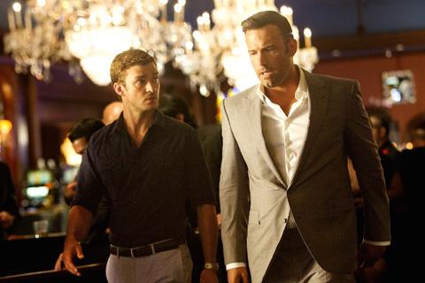 映画「ランナーランナー」より ジャスティン・ティンバーレイク(左)、ベン・アフレック