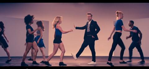 ダンサーに引けをとらないダンスを披露するオリー