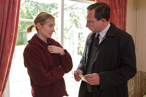 ジョアンヌ・フロガット(左)、エディ・マーサン