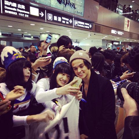 空港に到着したザ・ヴァンプス(写真に写っているのはブラッド)