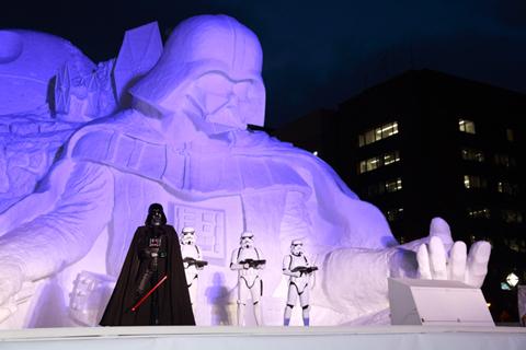 ライトアップされた「雪のスター・ウォーズ」大雪像とイベントに登場したダース・ベイダーとストームトルーパー