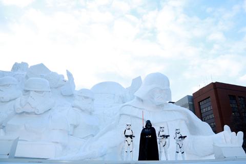 「雪のスター・ウォーズ」大雪像とイベントに登場したダース・ベイダーとストームトルーパー
