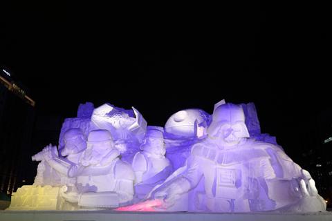ライトアップされた「雪のスター・ウォーズ」大雪像