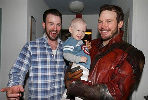 """子どもたちと触れ合う、""""スター・ロード""""クリス・プラットと、クリス・エヴァンス"""