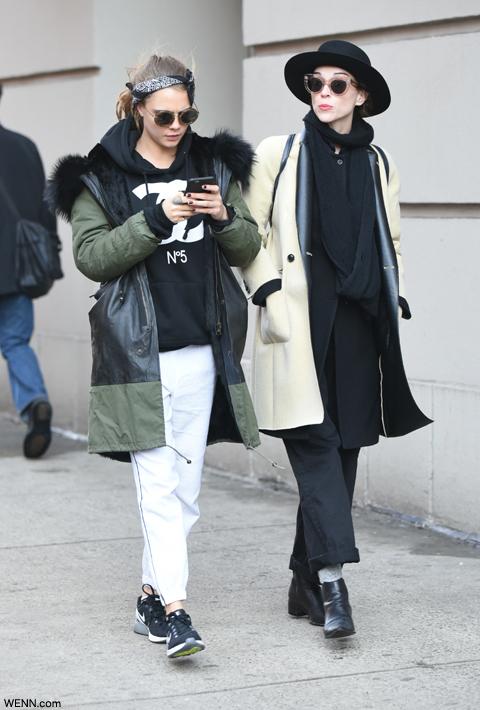 ニューヨークで歩くカーラ・デルヴィーニュ(左)とセイント・ヴィンセント