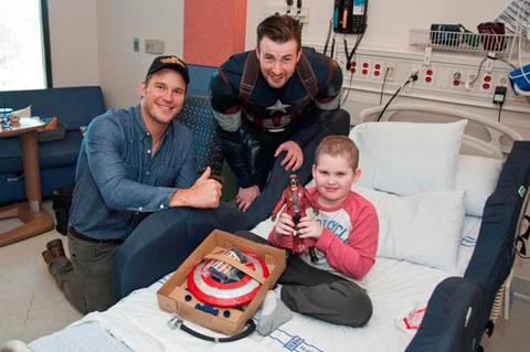 病院を訪れたクリス・エヴァンスとクリス・プラット