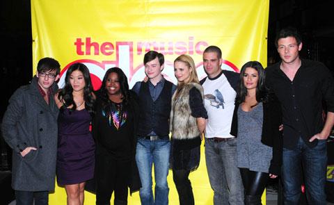 2009年当時の「glee」キャスト (右端がコーリー・モンテース、その隣がリア・ミシェル)