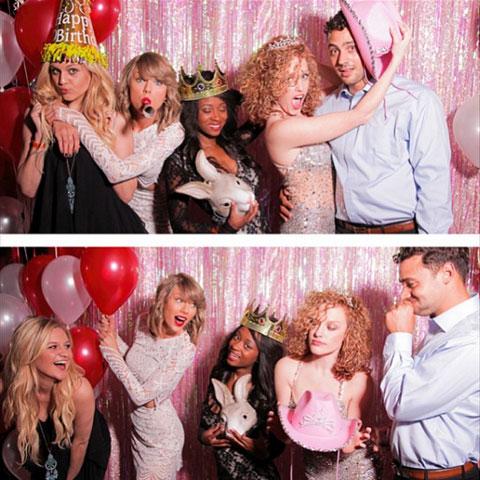 誕生日パーティ中のテイラーたち(ケルシーは左端)