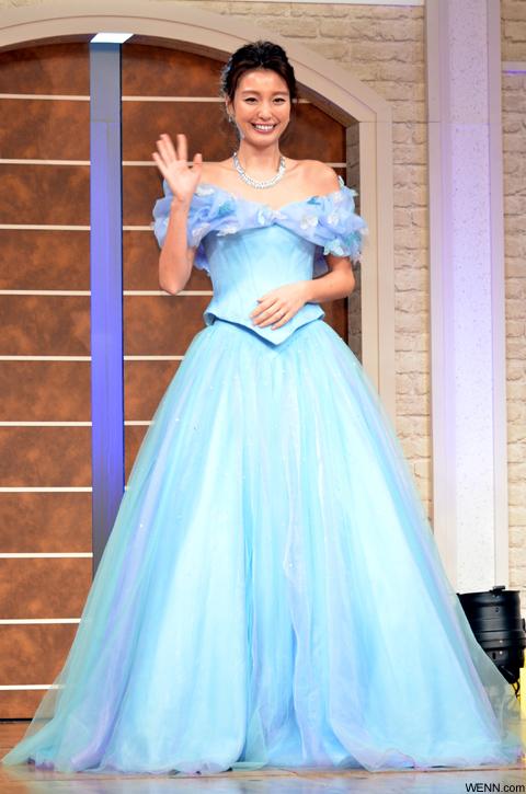木下優樹菜、シンデレラをイメージした青色のドレス姿で登場