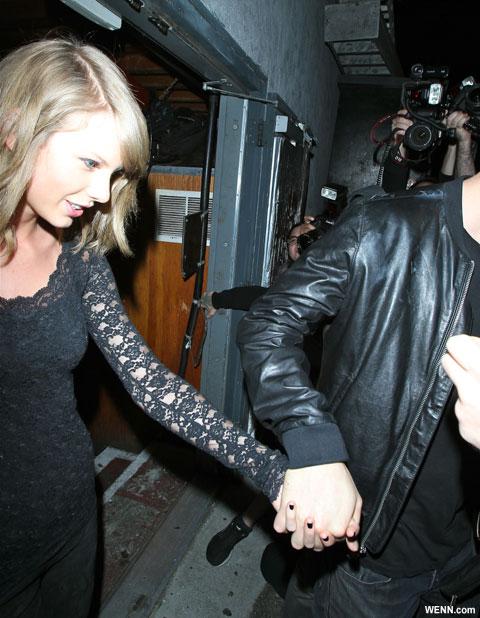 手をつなぐテイラーとカルヴィン