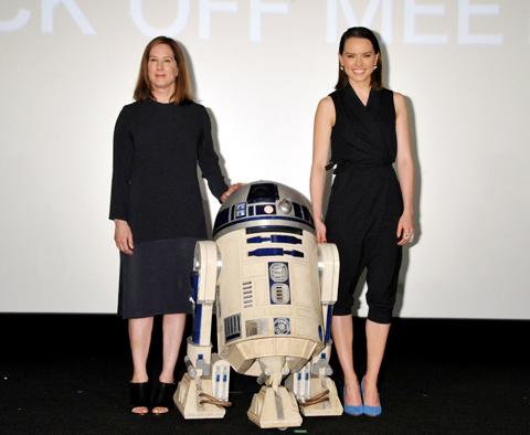 (左から)キャスリーン・ケネディ、R2-D2、デイジー・リドリー