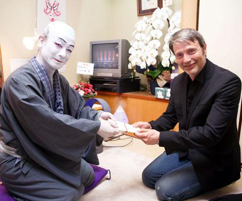 片岡愛之助(左)、マッツ・ミケルセン
