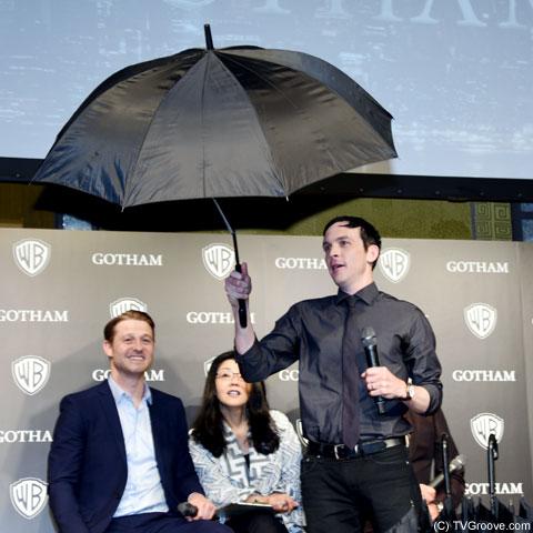 トレードマークの傘を持つ、ペンギンことロビン