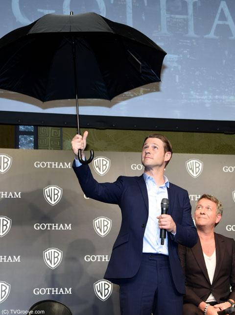 傘を持つ姿も絵になるベン