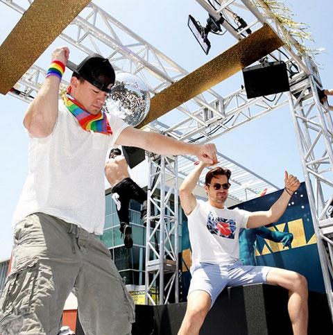 LA Pride Paradeに参加した「マジック・マイク」キャストたち