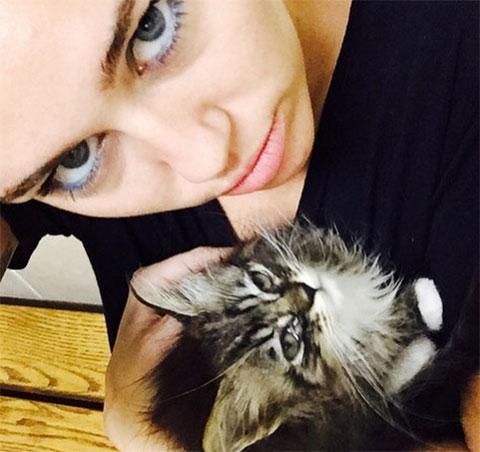 マイリー・サイラスと、愛猫キキ