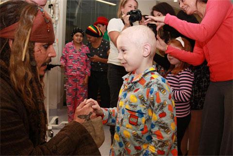 子どもたちと触れ合う、ジャック・スパロウことジョニー・デップ