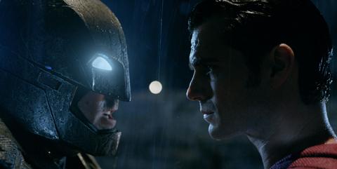 世紀の2大ヒーロー、遂に激突! 「バットマン vs スーパーマン」全世界熱狂の3分30秒、特別映像解禁