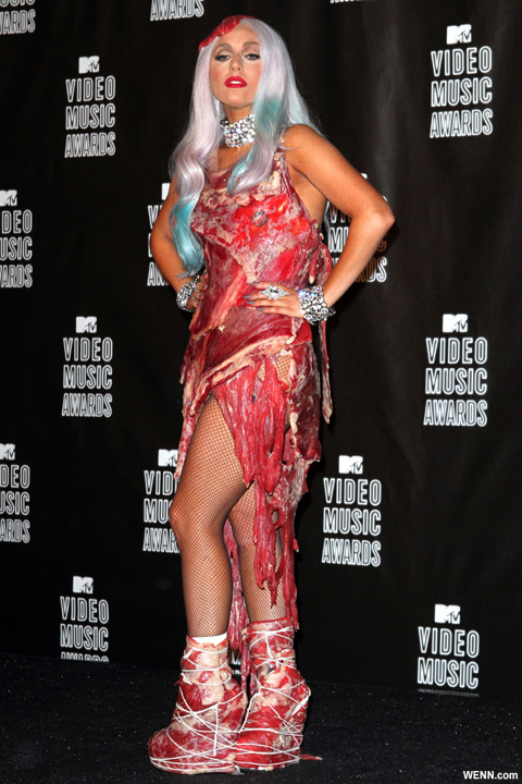 生肉ドレスを着たレディーガガ