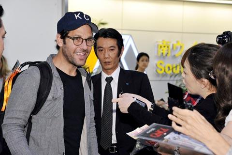 成田空港に到着したポール・ラッド