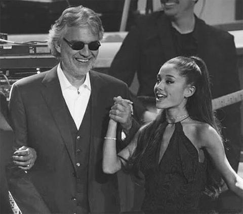 アリアナ・グランデ(右)とアンドレア・ボチェッリ(左)