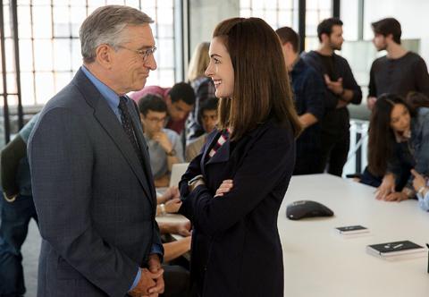 アン・ハサウェイ演じる社長ジュールズ(右)とロバート・デ・ニーロ演じる70歳の新人ベン(左)