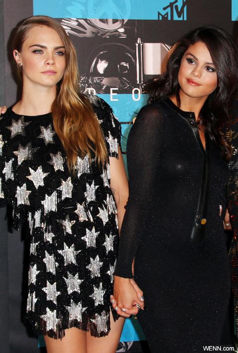 セレーナ・ゴメス(右)とカーラ・デルヴィーニュ(左)