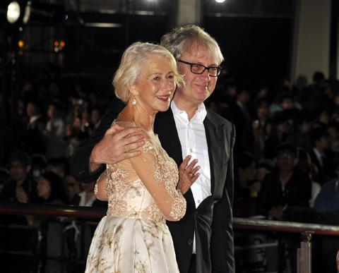 第28回東京国際映画祭レッドカーペットに登場した、ヘレン・ミレン(左)とサイモン・カーティス監督(右)